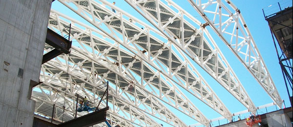 Construction crews work on trusses at CWRU Cleveland Clinic Health Education Campus